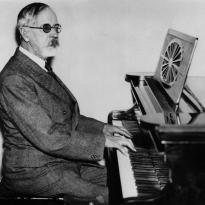 Munthe-vid-pianot